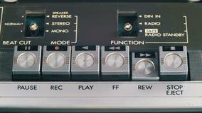 Empurrando o jogo, a parada, dianteira, rebobinação, pausa e grava botões do controle no gravador do vintage filme