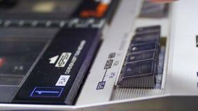 Empurrando o jogo, a parada, rebobinação e envia o botão no jogador de cassete áudio do vintage vídeos de arquivo