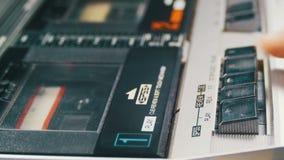 Empurrando o jogo, a parada, rebobinação e envia o botão no jogador de cassete áudio do vintage video estoque