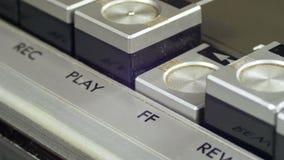 Empurrando para a frente o botão em um gravador do vintage filme