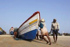 Empurrando um barco Fotos de Stock Royalty Free