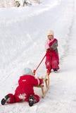 Empurrando um sledge Fotografia de Stock Royalty Free