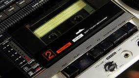 Empurrar um botão Rew do dedo, joga e para em um gravador filme