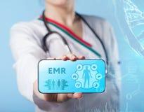 EMR Ιατρός που εργάζεται με τα εικονίδια υγειονομικής περίθαλψης Σύγχρονο medica Στοκ Εικόνες