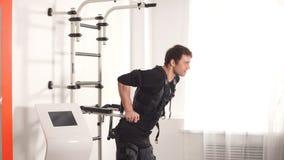 ems Geschikte mens die tricepsonderdompelingen op brug doen stock footage