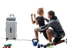 EMS sprawności fizycznej kobieta robi lunge ćwiczeniu z trenerem Fotografia Stock