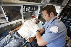 一个人的EMT专业采取的脉冲 库存图片