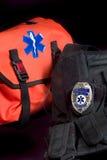 EMT medizinischer Beutel, taktische Weste und Abzeichen Stockbild