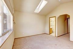 Emtpy房子内部 有拱顶式顶棚和sk的主卧室 免版税库存照片