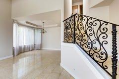 Emtpy domu wnętrze Marmurowy schody z czarnym dokonanym żelazem r Obrazy Stock