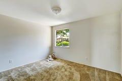Emtpy rum med det mjuka bruna mattgolvet Royaltyfri Bild