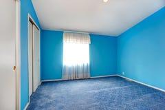 Emtpy sypialni jaskrawy błękitny wnętrze Zdjęcie Royalty Free