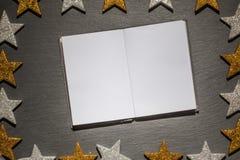 Emtpyblocnote op leiachtergrond, Kerstmiskader Royalty-vrije Stock Afbeeldingen