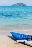 Emty каяк на пляже готовом для paddler Стоковые Изображения RF