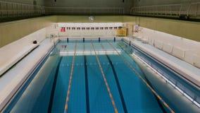 Emty zwembad met stegen Oost-Europa royalty-vrije stock foto