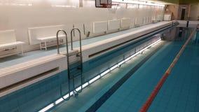 Emty zwembad met stegen Oost-Europa royalty-vrije stock foto's