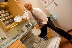Emtying afwasmachine de bedrijfs van de Mens Stock Fotografie