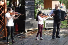 Emy Dragoi e suas filhas no concerto no parque Fotos de Stock Royalty Free