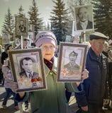 En äldre kvinna i rangerna av det odödliga regementet Royaltyfri Bild