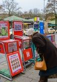 En äldre kvinna i Viktualienmarkt Munich Arkivfoton