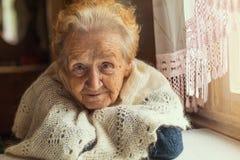 En äldre kvinna med rött och grått hår Förälskelse Royaltyfria Foton