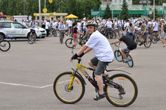 En äldre man på en cykel för cykelritten för underhållningfestivalen för 21 strid adlar den stora byelorussian redaktörs- bilden  Royaltyfri Foto