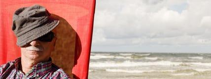 En äldre man på havsbakgrunden Royaltyfria Bilder