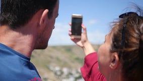 En älska lycklig parman och kvinna är kyssande på telefonkameran HD 1920x1080 långsam rörelse arkivfilmer
