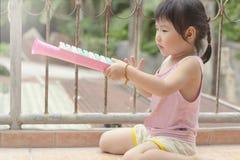 En älskvärd asiatisk flicka med hennes leende royaltyfri bild