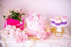 En älskvärd läcker godisstång i rosa färger och guld färgar för lite prinsessa på hennes 1st födelsedag Royaltyfria Foton