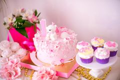 En älskvärd läcker godisstång i rosa färger och guld färgar för lite prinsessa på hennes 1st födelsedag Royaltyfri Fotografi
