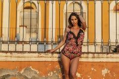 En älskvärd latinamerikansk brunettmodell Poses In Lingerie på en mexicansk ranch royaltyfria bilder