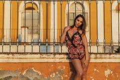 En älskvärd latinamerikansk brunettmodell Poses In Lingerie på en mexicansk ranch royaltyfria foton