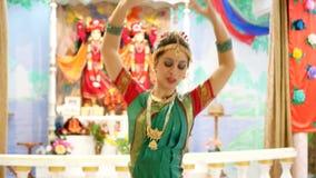 En älskvärd ung kvinna i dräkt för traditionell dans arkivfilmer