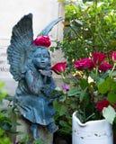 En ängel bland blommorna arkivbild