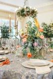 En äta middag tabell och bekväma fåtöljer i ett modernt hus med en ljus matsal Royaltyfri Bild