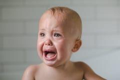En-år-gammalt behandla som ett barn skriknärbilden i badrummet Royaltyfri Fotografi