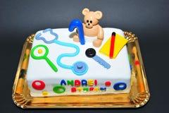 En årig kaka för födelsedagberömungar Arkivbilder