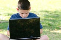 Barn med datoren Royaltyfri Foto