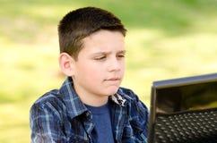Barn med datoren Arkivfoto