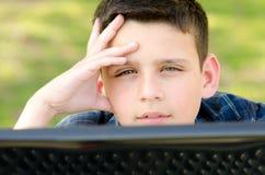 Barn med datoren Royaltyfria Bilder