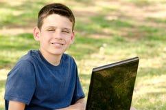 Barn med datoren Royaltyfri Fotografi