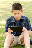 Barn med tableten Royaltyfria Bilder