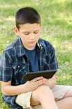 Barn med tableten Arkivbilder
