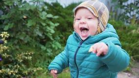 En årig pojke som utomhus spelar på höstdagen stock video