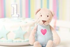 En årsfödelsedagkaka på plattan Royaltyfria Foton