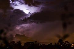 En åska bak ett moln Royaltyfri Foto