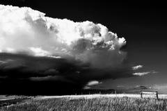 En åskväder är att komma som är svartvitt arkivbilder
