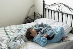 10 en éénjarigenmeisje die liggen denken Royalty-vrije Stock Foto's