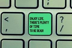 En écrivant l'apparence de note appréciez la vie là S est abondance d'heure d'être mort La présentation de photo d'affaires soit  photographie stock libre de droits
